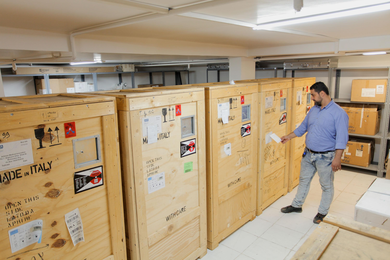همکاران در حال کنترل دستگاهها ترخیص شده از گمرک