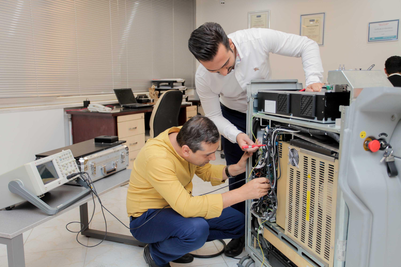مهندسین آرتیمان در حال تعمیر دستگاه