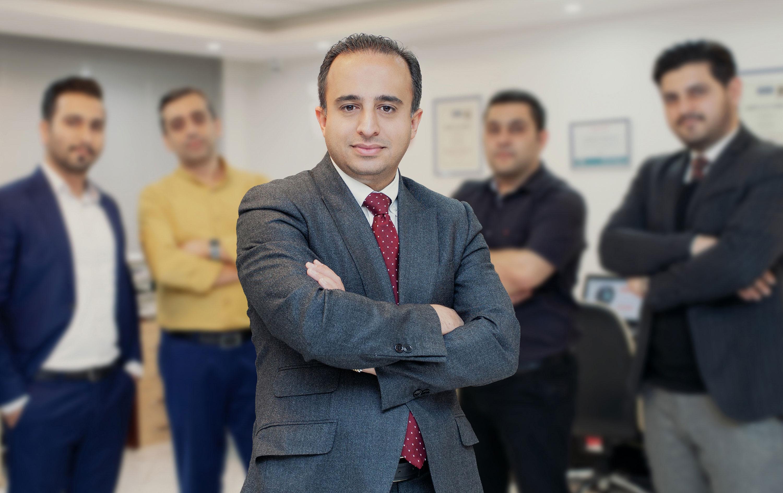 مهندس علی مدنی در کنار همکاران